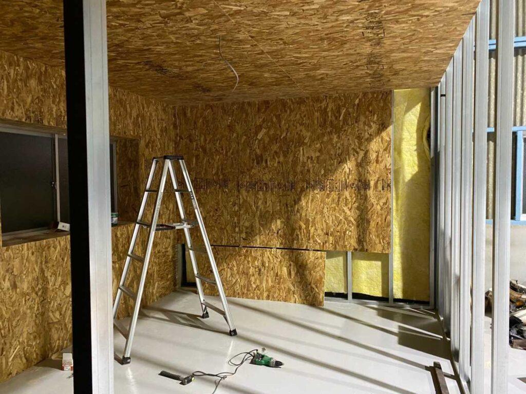 断熱材を入れた後に壁を作っていきます。
