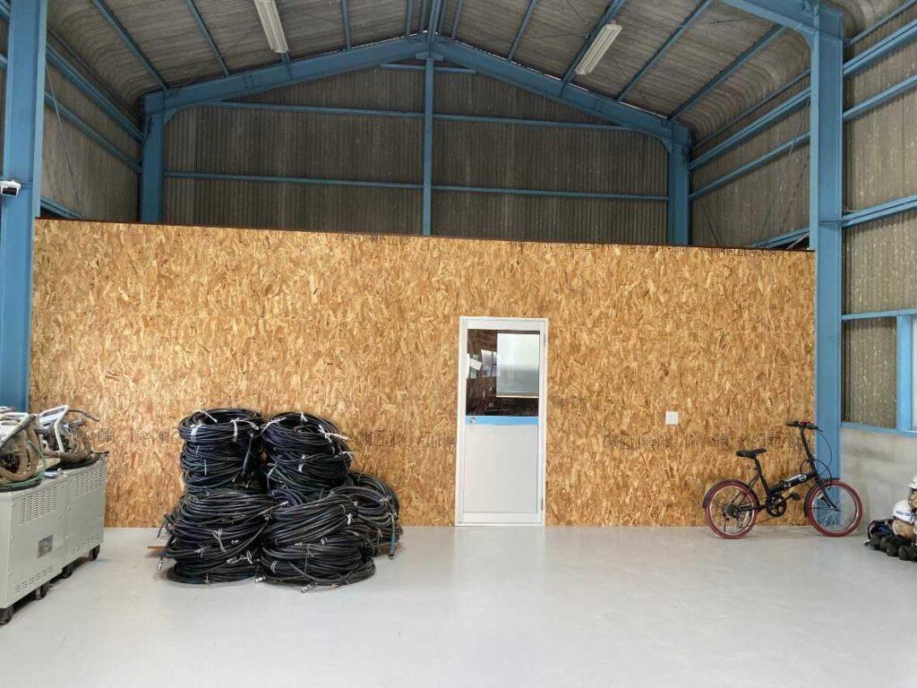倉庫内に事務所を作りました。